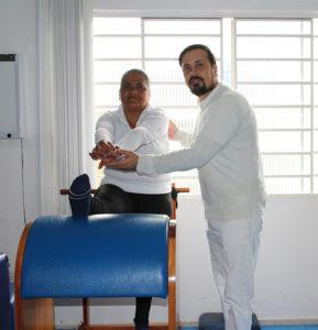 Fisioterapeuta Marcelo Alexandre e uma das suas pacientes